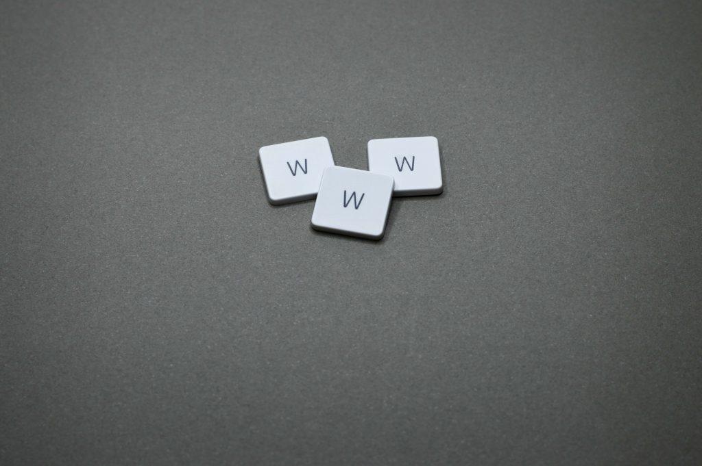 website domein, afbeelding met 3 toesten met de letter W erop.
